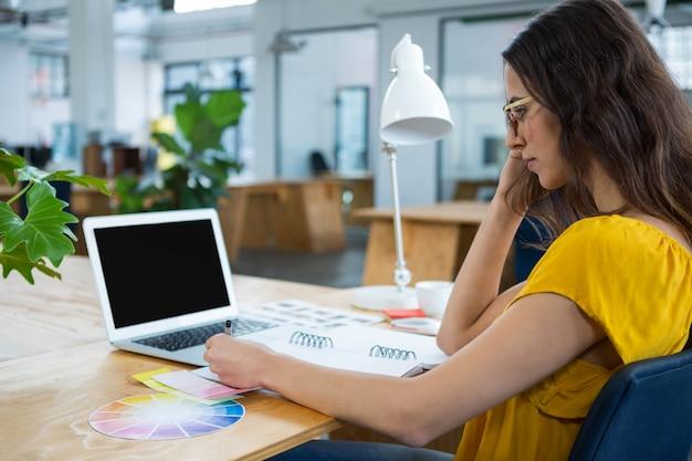 Kobieta grafik pracujący przy biurku