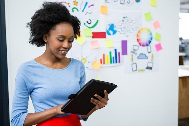 Kobieta grafik za pomocą tabletu graficznego