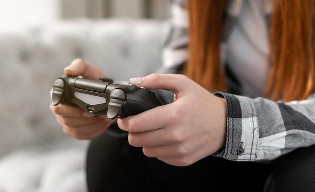 Kobieta, grając w gry wideo z bliska