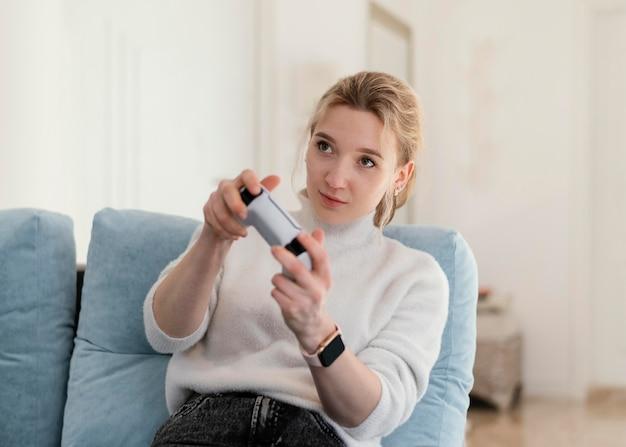 Kobieta grająca w gry wideo średni strzał