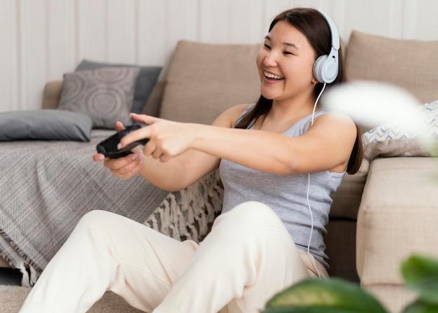 Kobieta grająca w gry wideo z kontrolerem