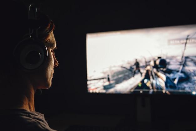 Kobieta grająca w gry wideo