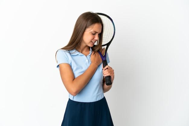 Kobieta grająca w tenisa nad odosobnioną białą ścianą cierpi na ból w ramieniu za wysiłek having