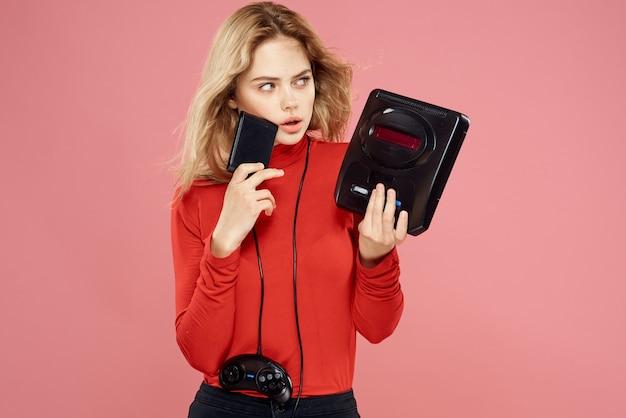 Kobieta grająca z kontrolerami