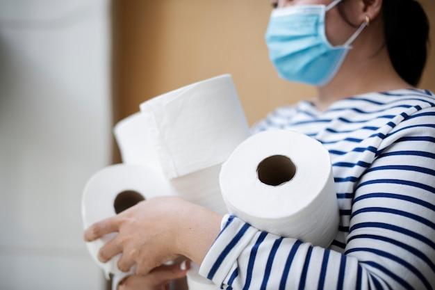 Kobieta gromadzi papier toaletowy
