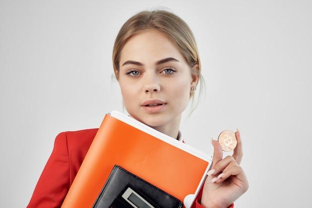 Kobieta handel internet finanse inwestycje na białym tle