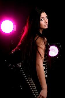 Kobieta heavy metal gra na gitarze elektrycznej