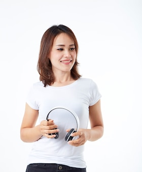 Kobieta hełmofony słucha muzykę na bielu