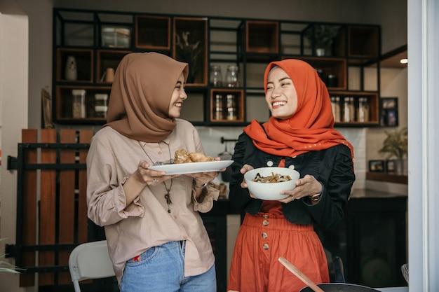 Kobieta hidżab niosąca kuchnię, aby służyć, gdy szybko się łamie