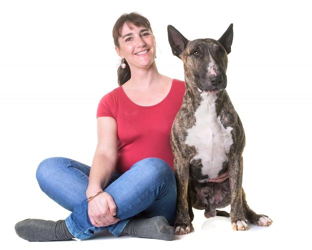 Kobieta i bull terrier