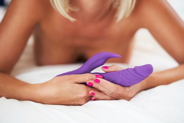 Kobieta i dildo w łóżku