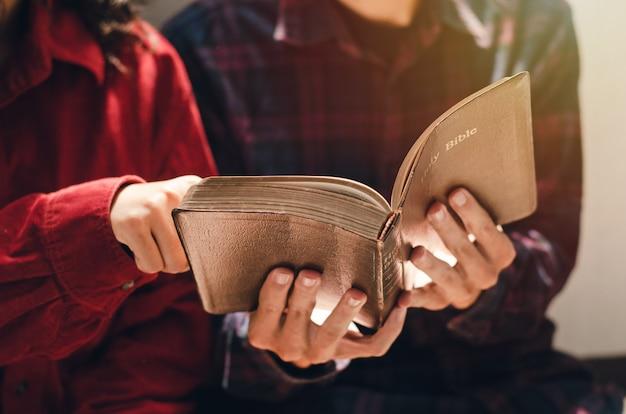 Kobieta i dwóch mężczyzn studiowali i czytali biblię. to jest miłość chrześcijańska