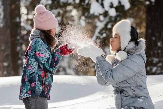 Kobieta i dziewczyna grać razem średni strzał