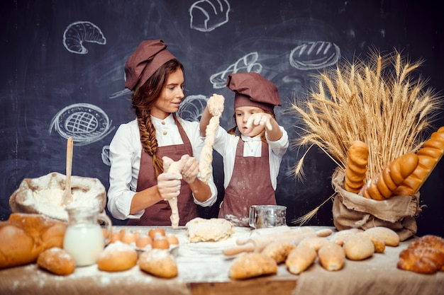 Kobieta i dziewczyna razem robi ciasta
