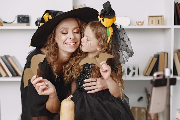 Kobieta i dziewczynka w kostiumach na halloween