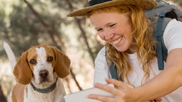 Kobieta i jej pies miło spędzają czas na świeżym powietrzu