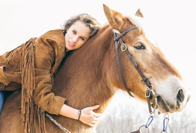 Kobieta i jej portret konia