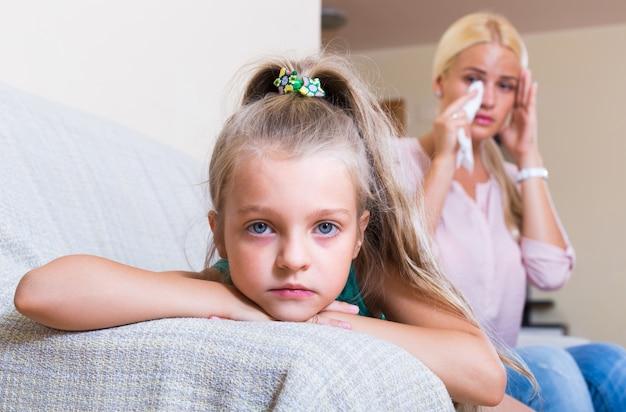 Kobieta i mała córka ma bełt