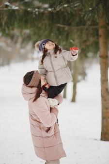 Kobieta i mała dziewczynka w parku