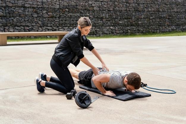 Kobieta i mężczyzna, ćwiczenia razem na zewnątrz