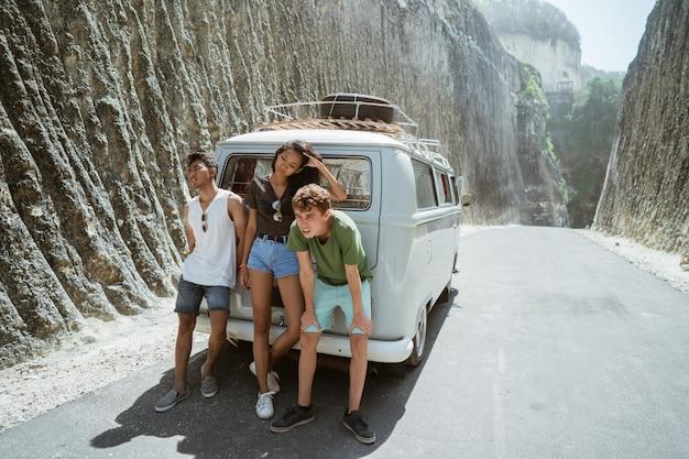 Kobieta i mężczyzna czują się zdenerwowani na plecach zepsuty retro van