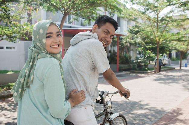 Kobieta i mężczyzna jedzie na rowerze
