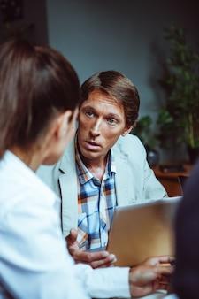 Kobieta i mężczyzna na spotkaniu biznesowym