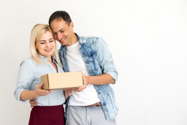 Kobieta i mężczyzna niosą pudełka. uruchomienie małego przedsiębiorcy, mśp lub niezależnej azjatki i mężczyzny pracującego z pudełkiem