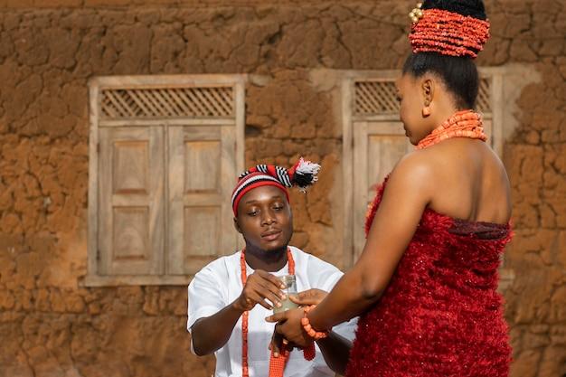 Kobieta i mężczyzna noszący biżuterię