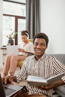 Kobieta i mężczyzna pracujący zdalnie z domu
