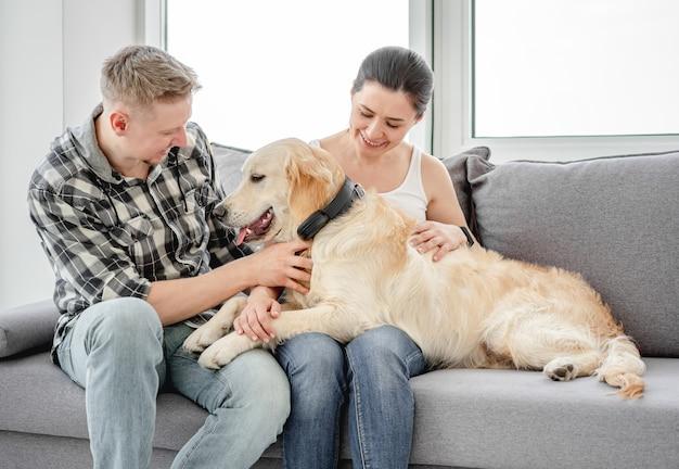Kobieta i mężczyzna przytulanie ładny pies