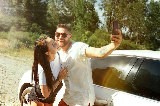 Kobieta i mężczyzna robi selfie w lesie i wygląda na szczęśliwego. pojęcie relacji.
