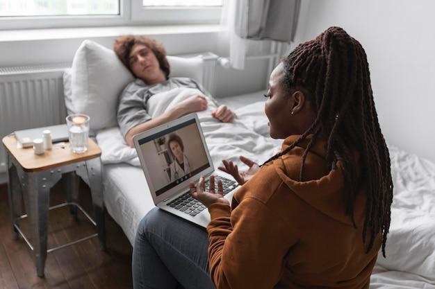 Kobieta i mężczyzna rozmawiają z lekarzem przez wideokonferencję