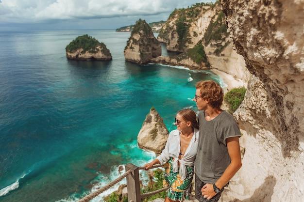 Kobieta i mężczyzna stoją na diamentowej plaży na wyspie nusa penida