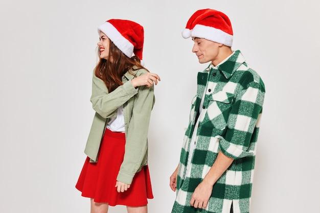 Kobieta i mężczyzna stoją obok prezentów świątecznych nowego roku