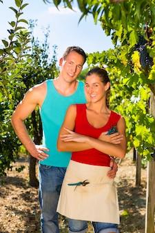 Kobieta i mężczyzna stojący w winnicy