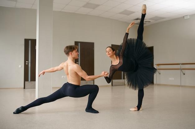 Kobieta i mężczyzna tancerzy baletowych w akcji