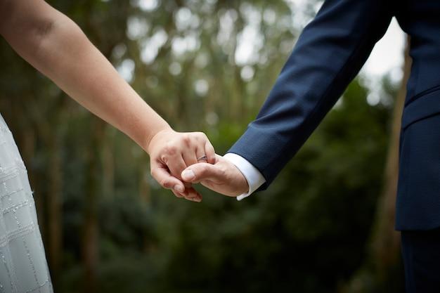 Kobieta i mężczyzna, trzymając się za ręce