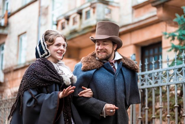 Kobieta i mężczyzna w garniturach vintage. ludzie w sukienkach retro. iść ulicą