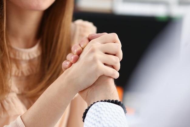 Kobieta i mężczyzna w garniturze trzymać się za ręce