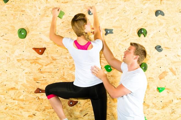 Kobieta i mężczyzna, wspinaczka na ściankę wspinaczkową