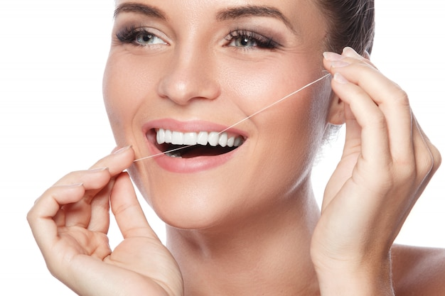 Kobieta i nić dentystyczna