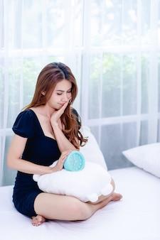 Kobieta i niebieski budzik w sypialni koncepcja relaksu