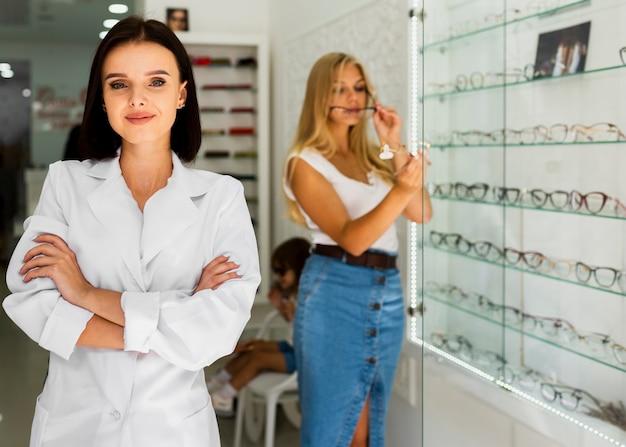 Kobieta i optyk w okulary ramy sklep