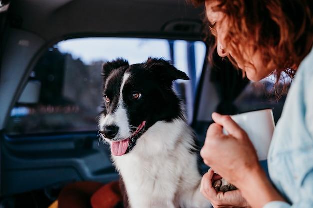 Kobieta i pies rasy border collie w furgonetce. koncepcja podróży