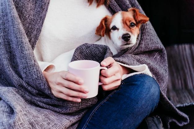 Kobieta i śliczny jack russell pies cieszący się outdoors przy górą w samochód. koncepcja podróży. sezon zimowy. zamknąć widok