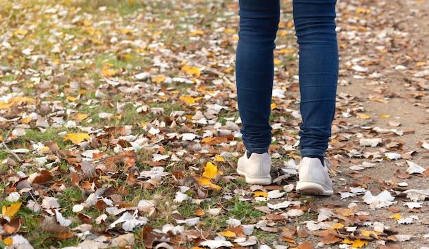 Kobieta idąc przez pole jesienią