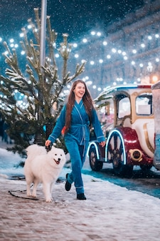Kobieta idąc w dół z białym psem