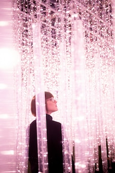 Kobieta idąca między światłem