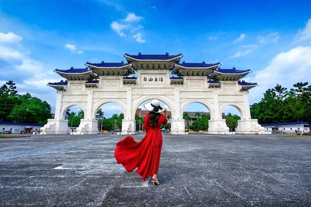 Kobieta idąca w archway of chiang kai shek memorial hall w tajpej na tajwanie.